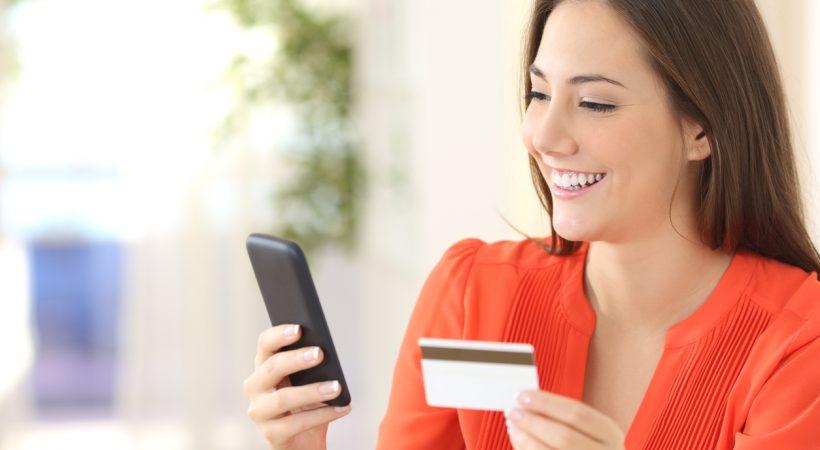 mulher acessando banco digital Banco Neon