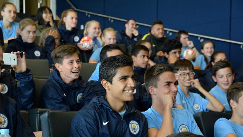Apresentação em grupo no Manchester City pelo programa de intercâmbio