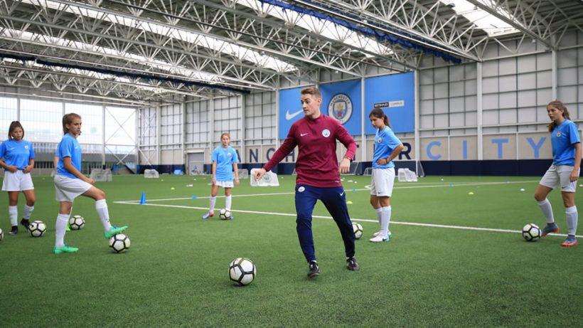 Sessão de treinamento no Manchester City pelo programa de intercâmbio